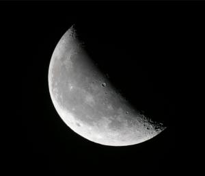 """Lune décroissante. Mosaïque de photos prises avec un Nikon Coolpix P5000 mis en afocal derrière un téléscope """"Celestron C8"""" de 2000 mm de focale équipé d'un oculaire de 40 mm de focale."""